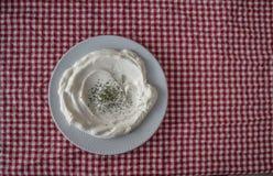 Plat de yaourt avec l'origan servi dans le restaurant photos stock