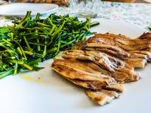 Plat des anchois cuits au four avec la chicorée image libre de droits