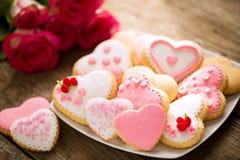 Plat des biscuits roses et rouges de valentines image stock