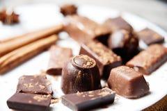 Plat des chocolats gastronomes avec d'autres festins Image libre de droits