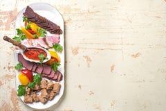 Plat des délicatesses de viande de sanglier, canard sauvage, élan, vue supérieure de lièvres, plan rapproché Images stock