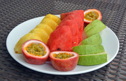 Plat des fruits tropicaux frais d'un plat blanc Photographie stock libre de droits