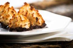 Plat des macarons de chocolat de noix de coco Images stock