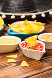 Plat des nachos avec différentes immersions Photographie stock libre de droits