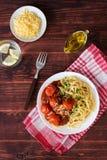 Plat des pâtes avec la sauce tomate et l'huile d'olive Images libres de droits