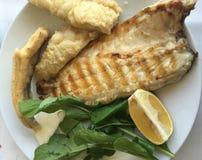 Plat des poissons grillés image libre de droits