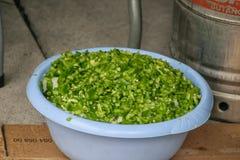 Plat des poivrons verts fraîchement coupés photos libres de droits