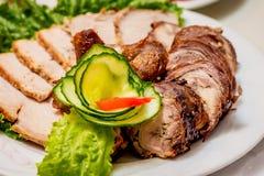 Plat des produits carnés coupés à la table de fête du ` s de restaurant photographie stock
