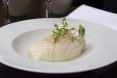 Plat des saumons dans le restaurant chic Photo stock