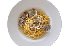 Plat des spaghetti avec des palourdes sur le fond blanc Photographie stock