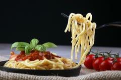 Plat des spaghetti délicieux Bolognaise ou du Bolonais avec la sauce de boeuf et tomate hachée savoureuse garnie avec le parmesan Photo libre de droits