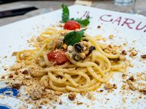 Plat des spaghetti de la mer Méditerranée en Italie images libres de droits