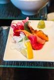 Plat des sushi avec le citron et le wasabi Image stock