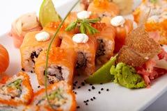 Plat des sushi saumonés avec la chaux et le gingembre photographie stock
