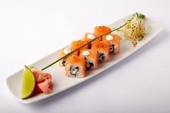 Plat des sushi saumonés avec la chaux et le gingembre photos libres de droits