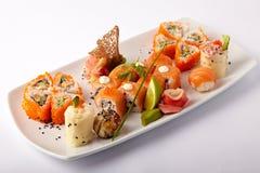 Plat des sushi saumonés avec la chaux et le gingembre images libres de droits