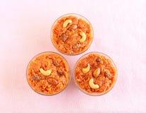 Plat doux indien de Halwa de carotte dans des bols en verre Images stock