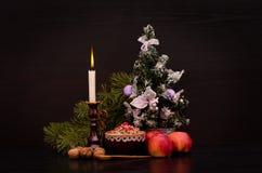 Plat doux slave traditionnel de kutia de Noël Bougie, pommes et arbre de Noël Image stock