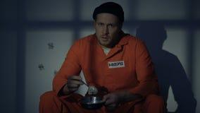 Plat emprisonné bouleversé de participation d'homme avec la nourriture répugnante, violation de droits de l'homme clips vidéos