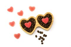 Plat en bois avec des sucreries de coeur pour le jour du ` s de St Valentine et les grains de café, vue supérieure Photographie stock