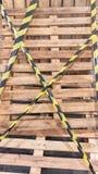 Plat en bois avec la bande jaune et noire image stock