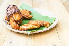 Plat en bois - banane coupée en tranches frite images stock