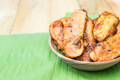 Plat en bois - banane coupée en tranches frite image libre de droits
