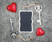 Plat en bois de clés de coeurs de texture de laine Images libres de droits