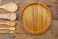 Plat en bois, nappe, cuillère, fourchette sur le fond de table Image stock