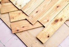 Plat en bois sur le plancher Images libres de droits