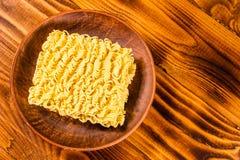 Plat en céramique avec les nouilles instantanées sur la table en bois Vue supérieure photo stock