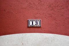Plat en céramique du bâtiment numéro 13 Images stock