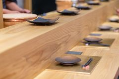 Plat en céramique noir vide sur la barre en bois, Japonais de style d'Omakase photos libres de droits
