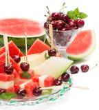 Plat en verre avec la salade de fruits et la cerise mélangées Images stock