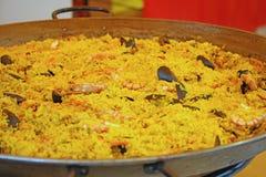 Plat espagnol de Paella avec des crevettes roses et des fruits de mer Photos stock