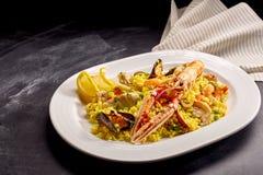 Plat espagnol de Paella avec des fruits de mer servis sur le plateau Photos stock