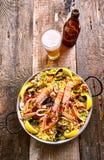 Plat espagnol de Paella de fruits de mer avec de la bière régénératrice Images libres de droits