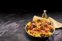 Plat espagnol de Paella de fruits de mer avec des mollusques et crustacés Photo libre de droits
