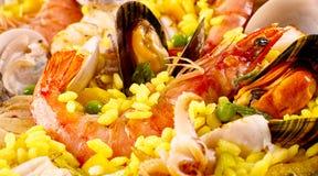 Plat espagnol de Paella de fruits de mer avec les mollusques et crustacés frais Photographie stock libre de droits