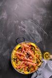 Plat espagnol de Paella de fruits de mer sur la surface de tableau Images stock