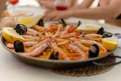 Plat espagnol de Paella servi sur la casserole photographie stock
