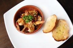 Plat espagnol de tapas, grésillant des crevettes roses avec le piment et l'ail Photos libres de droits