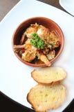 Plat espagnol de tapas, grésillant des crevettes roses avec le piment et l'ail Photo libre de droits