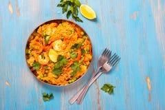 Plat espagnol traditionnel de Paella avec des fruits de mer, des pois, le riz et le poulet Photographie stock libre de droits