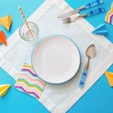 Plat et couverts vides sur le fond bleu blanc concept de menu d'enfants d'un café ou d'un restaurant photo libre de droits
