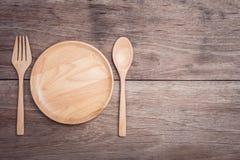 Plat et cuillère en bois sur la vue supérieure en bois de table Photo libre de droits