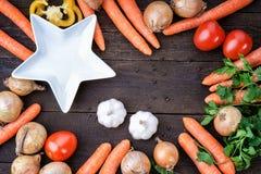 Plat et légumes blancs sur la table Photo stock
