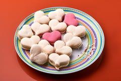 Plat et macarons en forme de coeur Photos stock
