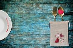 Plat et sac blancs de cuillère et de fourchette avec le coeur rouge Images stock
