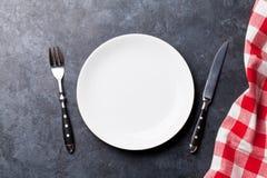 Plat et serviette de cuisine vides Images stock